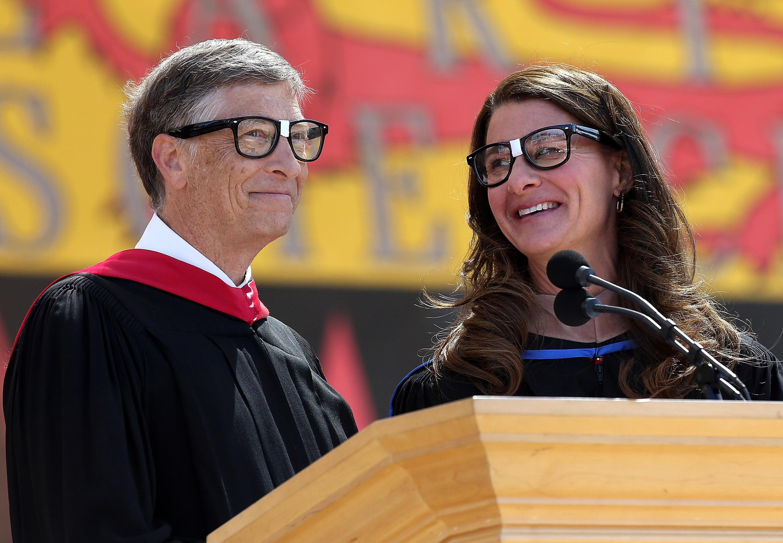 Bill y Melinda Gates comparten el escenario en una entrega de diplomas de graduación en la Universidad de Stanford, en California, el 14 de junio de 2014