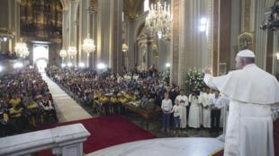 سخنرانی پاپ فرانسیس، رهبر کاتولیکهای جهان، در کلیسای شهر Morelia در ایالت میچواکان مکزیک. ۲۸ بهمن/  ١٧ فوریه ٢٠۱۶