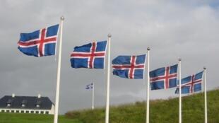 Drapeaux islandais sur l'ile de Viðey.