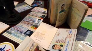 Des faux passeports, des faux titres de séjours et des fausses cartes d'identité de différents pays de l'Union européenne (image d'illustration).