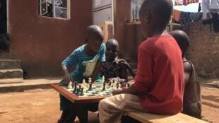 Dans le quartier de Katwe où a grandi la jeune héroïne du film «Queen of Katwe» produit par Disney.