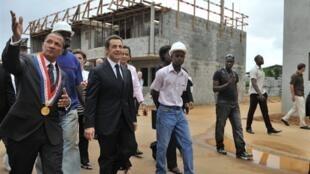 Nicolas Sarkozy et le maire de Cayenne, Rodolphe Alexandre (à gauche) en visite dans le quartier «Eau-Lisette», le 18 février 2010.