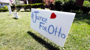 """Biểu ngữ """"Công lý cho gia đình Otto Warmbier"""". Ảnh ngày 21/06/2017."""