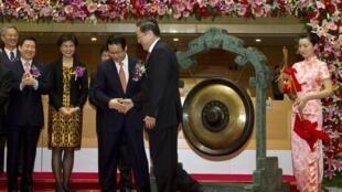 Chủ tịch Ngân hàng AgBank Trung Quốc bắt tay Bí thư Thành ủy Thượng Hải trong buổi lễ mừng ngân hàng này được niêm yết tại thị trường chứng khoán Thượng Hải ngày 15/7/2010.