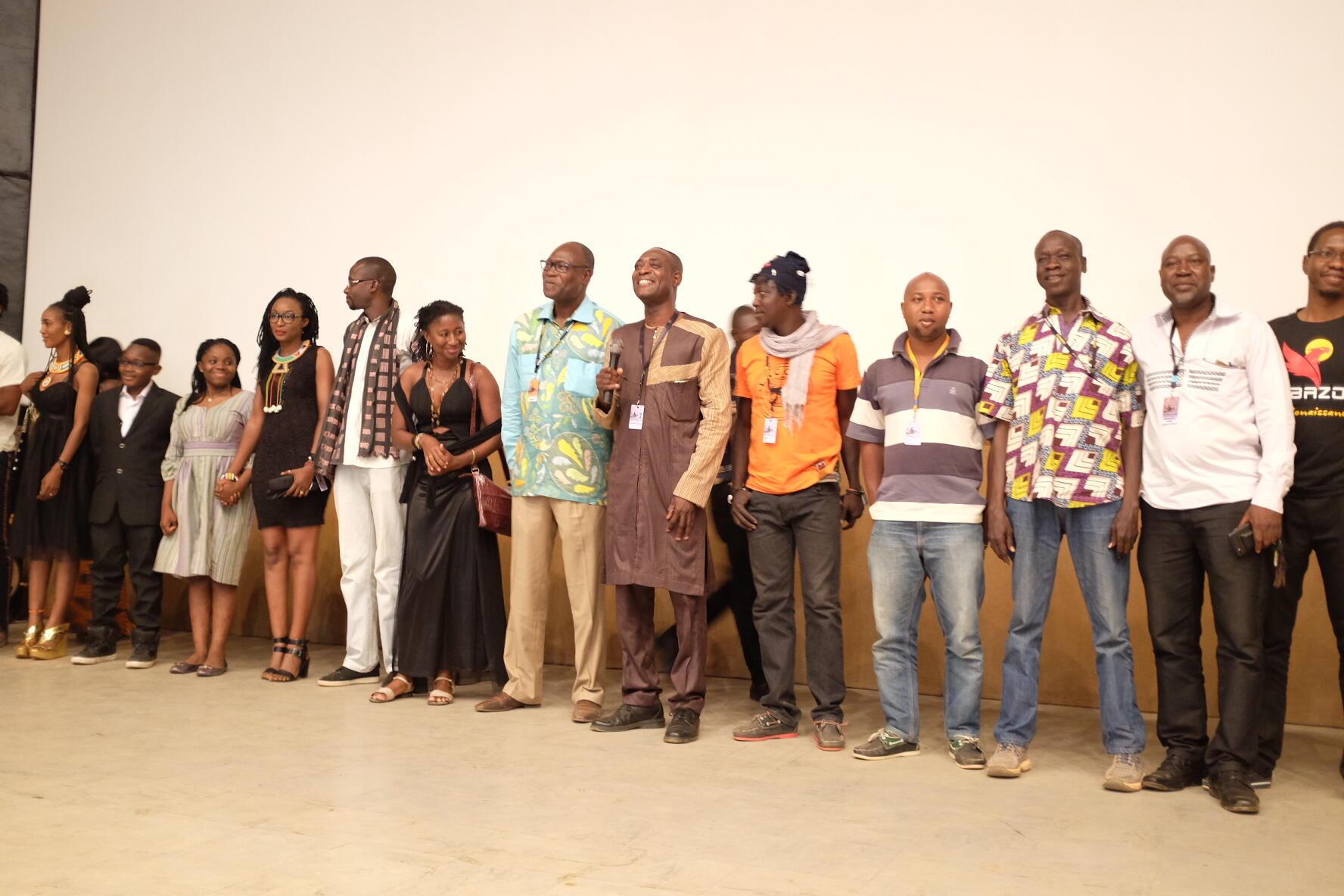 Le réalisateur burkinabè Issiaka Konate entouré de son équipe lors de la présentation de «Hakilitan» ou «Mémoire en fuite» au Ciné Burkina, au 26e Fespaco.
