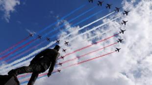 80-летие призыва де Голля к Сопротивлению. Над памятником генералу в Париже пролетают эскадрильи Patrouille de France и Red Arrows 18 июня 2020.
