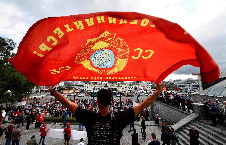 Một ủng hộ viên đảng Cộng sản Nga giương cờ trong cuộc biểu tình chống cải cách chế độ hưu trí, ở vùng Primorsky, Vladivostok, ngày 22/09/2018