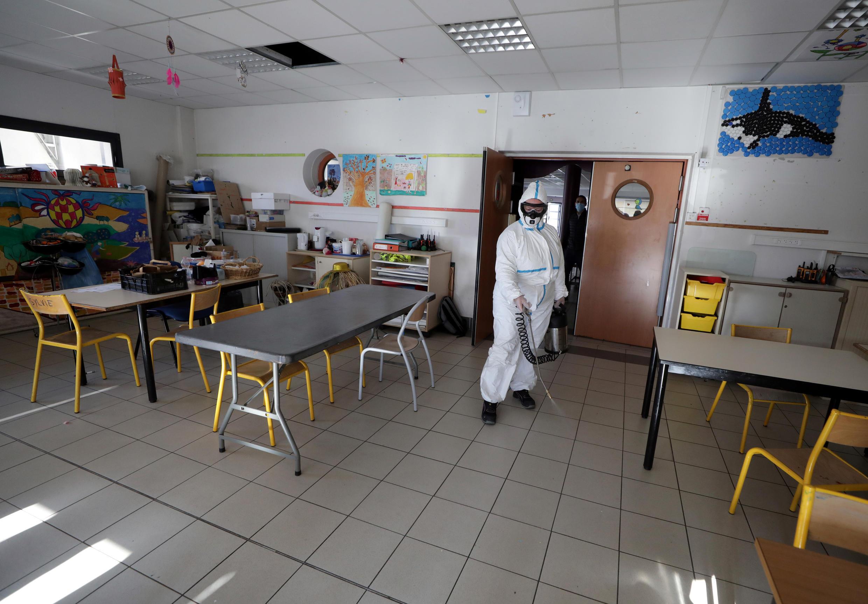 Salas de aula estão sendo desinfetadas na França, que prepara a volta dos alunos para as escolas a partir de 11 de maio.