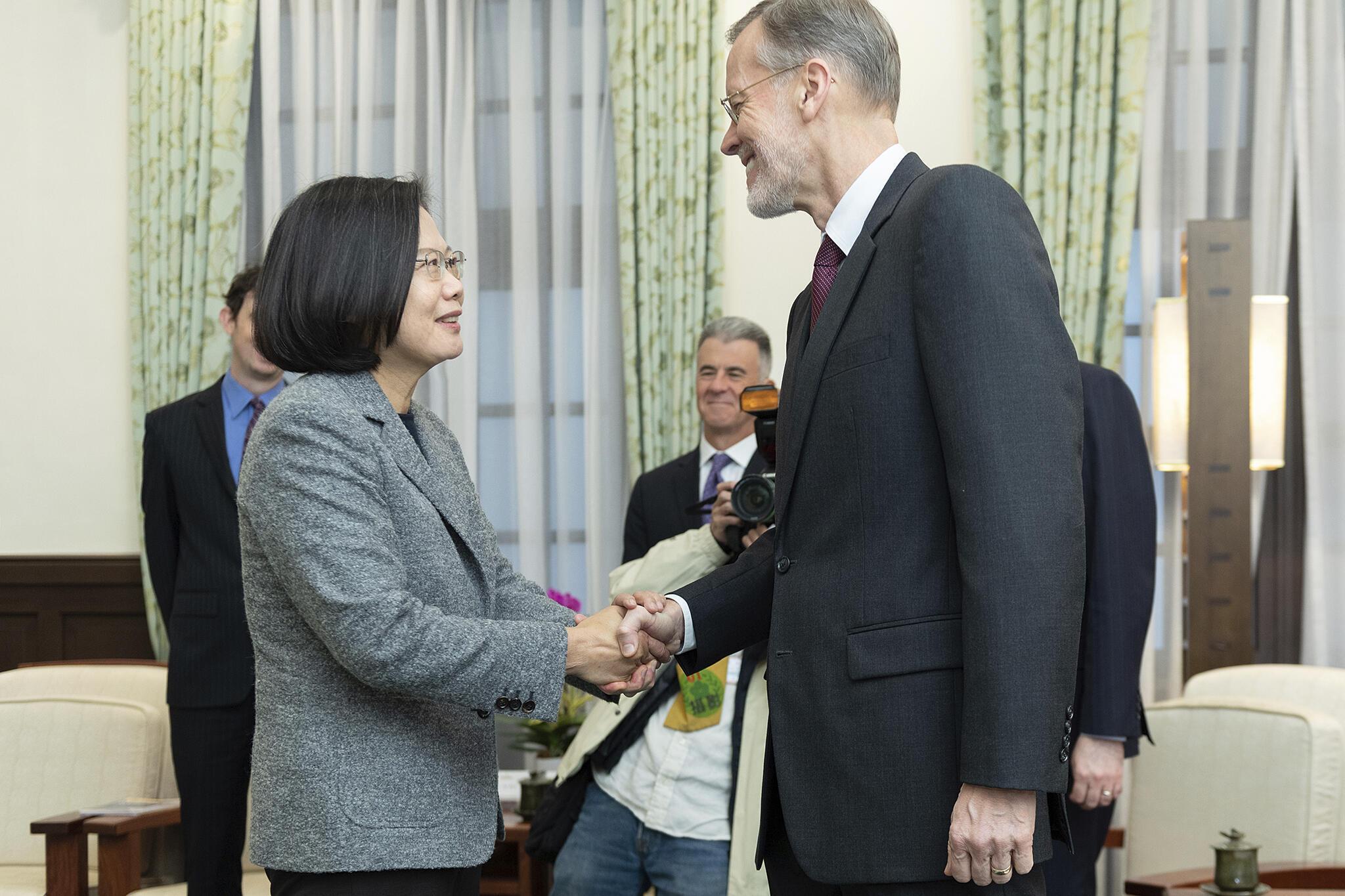 Ảnh tư liệu: Tổng thống Đài Loan Thái Anh Văn (T) tiếp ông William Brent Christensen, giám đốc Viện Mỹ, trụ sở ở Đài Bắc, tại dinh tổng thống ở Đài Bắc, ngày 12/01/2020.