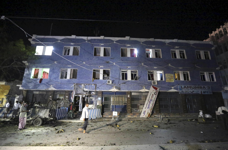 Une vue générale de l'hôtel Weheliye, après une explosion suivie d'un assaut par des shebabs, à Mogadiscio, le 10 juillet 2017.