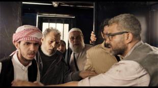 Islamisme, révolutionnaires, partisans de l'armée, forcés de survivre dans 8 m2, au Caire, en plein chaos.