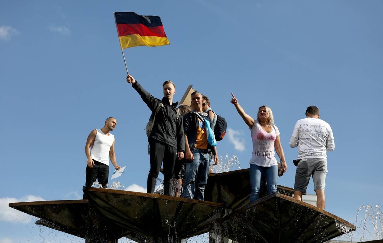 تظاهرات معترضین به محدودیتهای اعمالشده برای کنترل کرونا در برلین