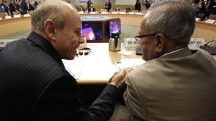 Ministro brasileiro da Fazenda, Guido Mantega, conversa com colega indiano, Pranab Mukherjee, durante reunião do FMI.