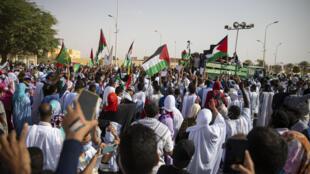 Des milliers de manifestants se sont rassemblés dans les rues de Nouakchott en soutien à la cause palestinienne le 19 mai 2021.