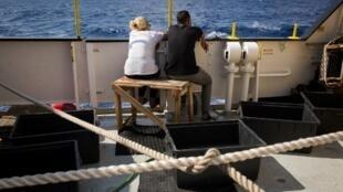 "Migrantes socorridos pelo navio de resgate Aquarius. Foto enviada pela ONG ""SOS Mediterranee"" em 25/09/18."