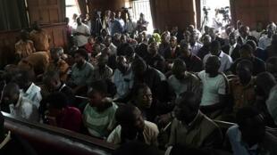 Les treize personnes jugées (rangées 2 et 3) notamment pour terrorisme par la Haute Cour de justice de Kampala, jeudi 26 mai 2016.