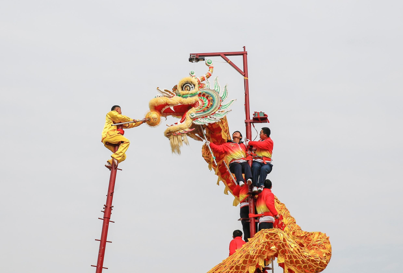 山東台兒莊傳統藝人的舞龍迎新年 2020 1 1