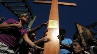Fiéis recebem a Cruz da Jornada Mundial da Juventude na favela do Vidigal, no Rio de Janeiro, nesta segunda-feira, 15 de julho de 2013.