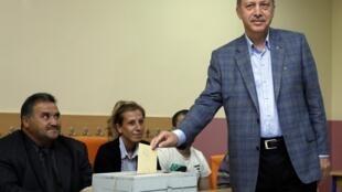 Le Premier ministre Recep Tayyip Erdogan en train de voter pour le référendum, le 12 septembre 2010.