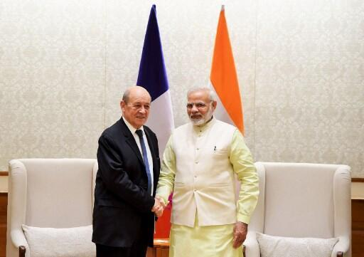 Thủ tướng Ấn Độ Narendra Modi (P) tiếp ngoại trưởng Pháp Jean-Yves Le Drian, New Delhi, ngày 17/11/2017