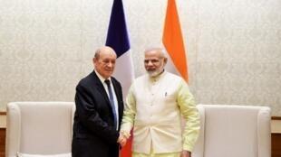 Poignée de main entre le ministre français des Affaires étrangères Jean-Yves Le Drian et le Premier ministre indien Narendra Modi à New Delhi, le 17 novembre 2017.