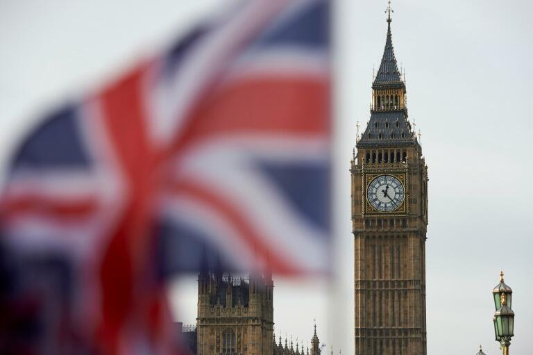Una bandera de la Union Jack, del Reino Unido, frente al reloj Big Ben en el Parlamento británico, este 3 de noviembre de 2016 en el centro de Londres. El Alto Tribunal británico ha dictaminado que el Brexit debe aprobarse en el Parlamento