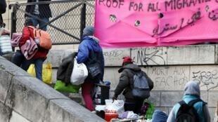 Социальные службы и мэрия 18 округа Парижа провели эвакуацию палаточного городка мигрантов у вокзала Аустерлиц, 17 сентября 2015.
