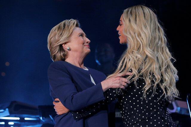 A cantora Beyoncé levou seu apoio à candidata democrata, Hillary Clinton, durante show que abriu o último fim de semana da campanha presidencial americana em Cleveland, Ohio.