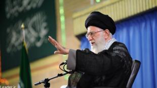 سخنرانی رهبر جمهوری اسلامی ایران به مناسبت فرارسیدن عید فطر در دیدار با مسئولان، سفرای کشورهای اسلامی و جمعی از اقشار مختلف مردم. ٢٧ تیر/ ١٨ ژوئیه ٢٠١۵