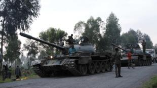 Des chars de l'armée congolaise arrivent sur place après que des combats ont éclaté à la frontière de la RDC et du Rwanda.
