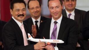 O presidente do construtor europeu Airbus, Fabrice Brégier e presidente da Lion Air, Rusdi Kirana assinaram contrato de 18,4 bilhões de euros no em presença do presidente francês, François Hollande.