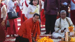 Le Cambodge et son Premier ministre Hun Sen prient pour la prospérité du Cambodge et sa stabilité, sur le site d'Angkor, le 3 décembre 2017.