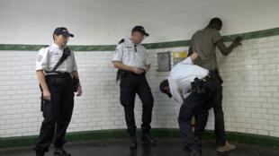Un contrôle de police à la station de métro Barbès, à Paris.