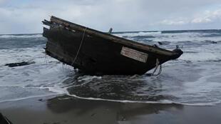佐渡島(Sado Island)發現一艘疑似朝鮮籍被衝上岸的殘破漁船