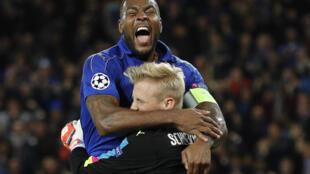Nahodha na beki wa klabu ya Leicester City, Wes Morgan akishangilia na kipa wake Kasper Schmeichel baada ya kufuzu hatua ya robo fainali ya UEFA