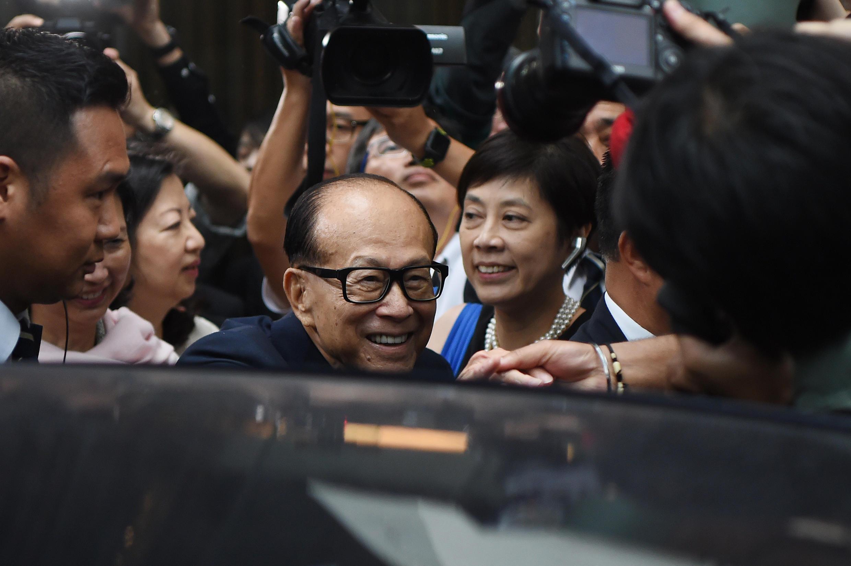 Tỷ phú địa ốc Lý Gia Thành (giữa), người giàu nhất Hồng Kông trong một sự kiện tại Hồng Kông ngày 10/05/2018.