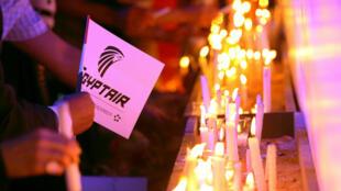 Vigília no Cairo em homenagem às 66 vítimas do voo MS804 da EgyptAir.