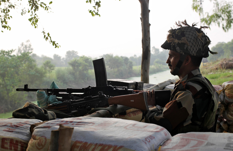 2016年9月30日在印控克什米爾地區的查謨監視印巴邊境線附近動靜的印度士兵。