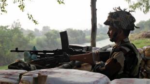 2016年9月30日在印控克什米尔地区的查谟监视印巴边境线附近动静的印度士兵。