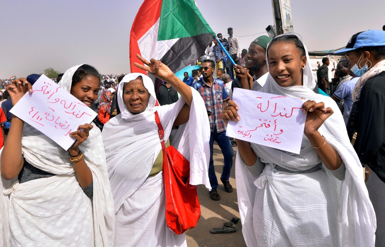 Des manifestantes soudanaises laissent exploser leur joie, après l'annonce de la destitution d'Omar el-Béchir.