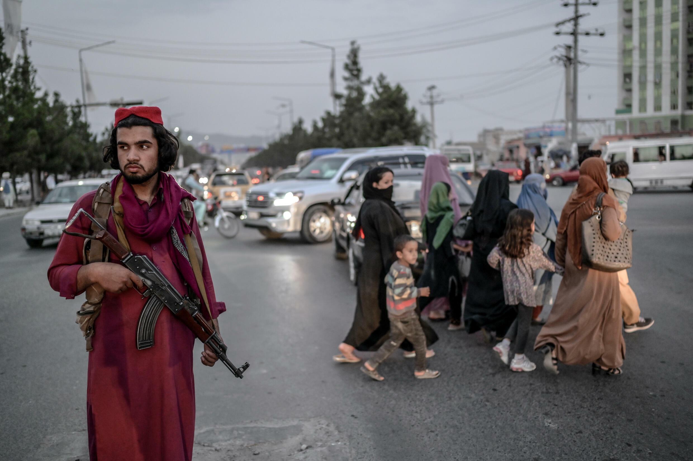 Un miembro de los talibanes monta guardia en una calle de Kabul el 30 de septiembre de 2021