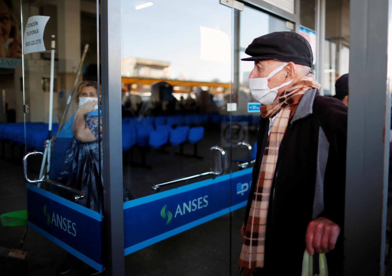 Devant une banque à Buenos Aires, Argentine, le 3 avril 2020 (photo d'illustration).