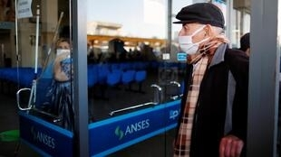 Idoso diante de um banco em Buenos Aires, Argentina, 3 de abril de 2020.