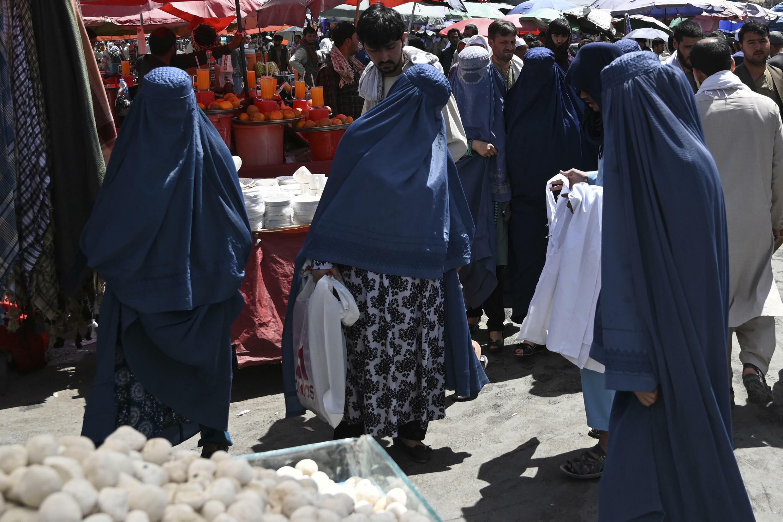 Mujeres en burka en un mercado del centro de Kabul, el 28 de agosto de 2021
