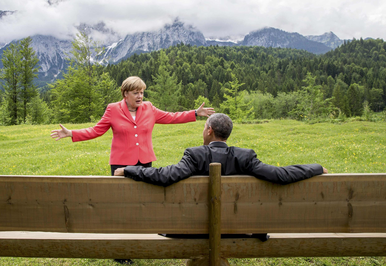 Angela Merkel, chancelière allemande, et Barack Obama, président des Etats-Unis, devisent en marge du sommet du G7 en Allemagne, le 8 juin 2015.