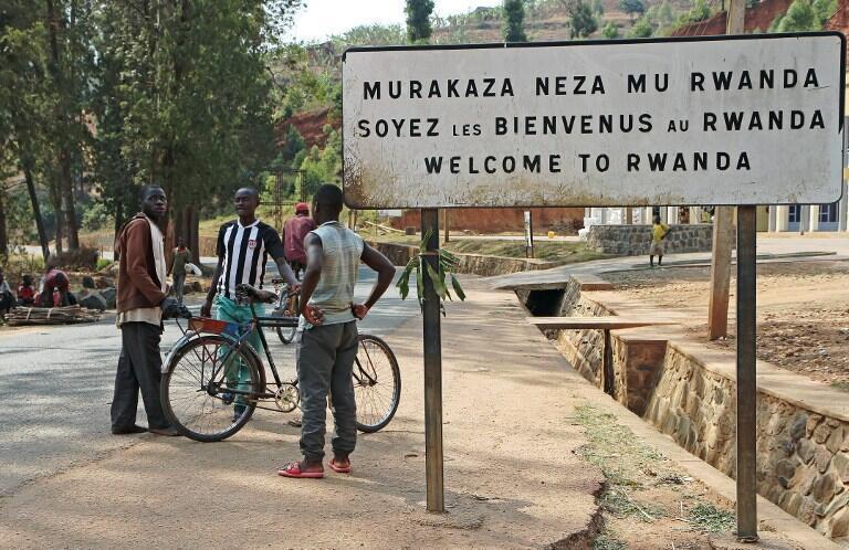 Wanaume hawa wawili wanajadili kwenye mpaka wa Burundi na Rwanda, Kanyaru, Agosti 23, 2016.
