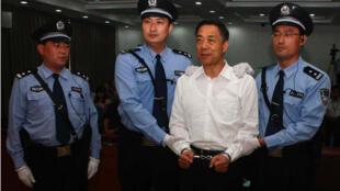 Ông Bạc Hy Lai nghe tòa tuyên án, trong phiên xử sơ thẩm tại Tế Nam, tỉnh Sơn Đông, Trung Quốc, ngày 22/09/2013