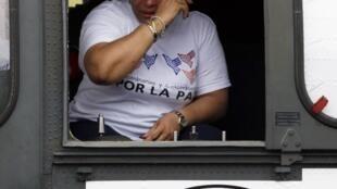 A ex-senadora Piedad Córdoba, emocionada, chora durante a decolagem do helicóptero da FAB.
