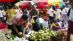 Sur un marché de Rangoon.