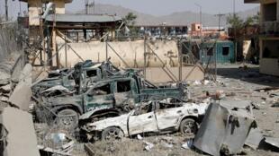وسایل نقلیه پلیس که در حمله انفجاری به حوزه ششم امنیتی کابل، آسیب دیدهاند. چهارشنبه ۱۶ مرداد/ ٧ اوت ٢٠۱٩